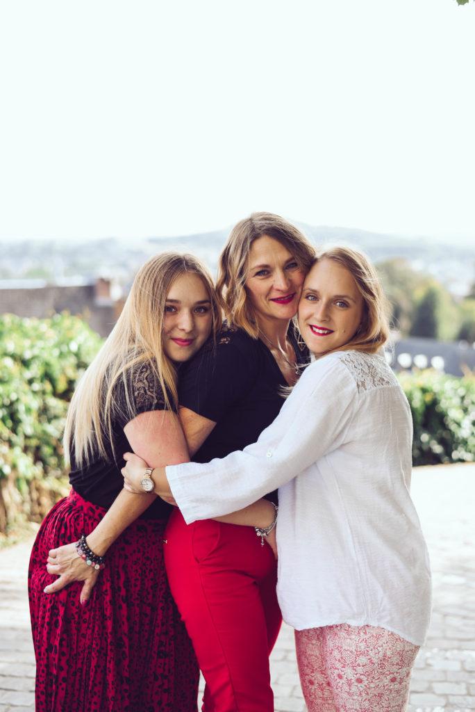 séance photos en famille, une maman avec ses deux filles. séance photos par Emotion is art Parc du Waux Hall Mons